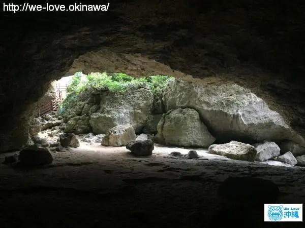 ニャティア洞内から入口付近を眺める