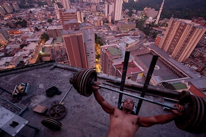 0IWANAn-improvised-gym-on-top--011.jpg