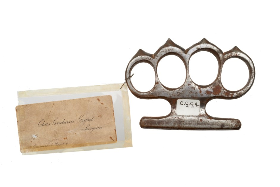 1a5. Weapons Knuckleduster used in an assault, c. late 19th or early 20th century ∏ Museum of London