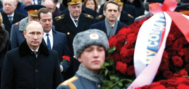 Владимир Путин присутствует при возложении венков к Могиле Неизвестного Солдата в День защитника Отечества