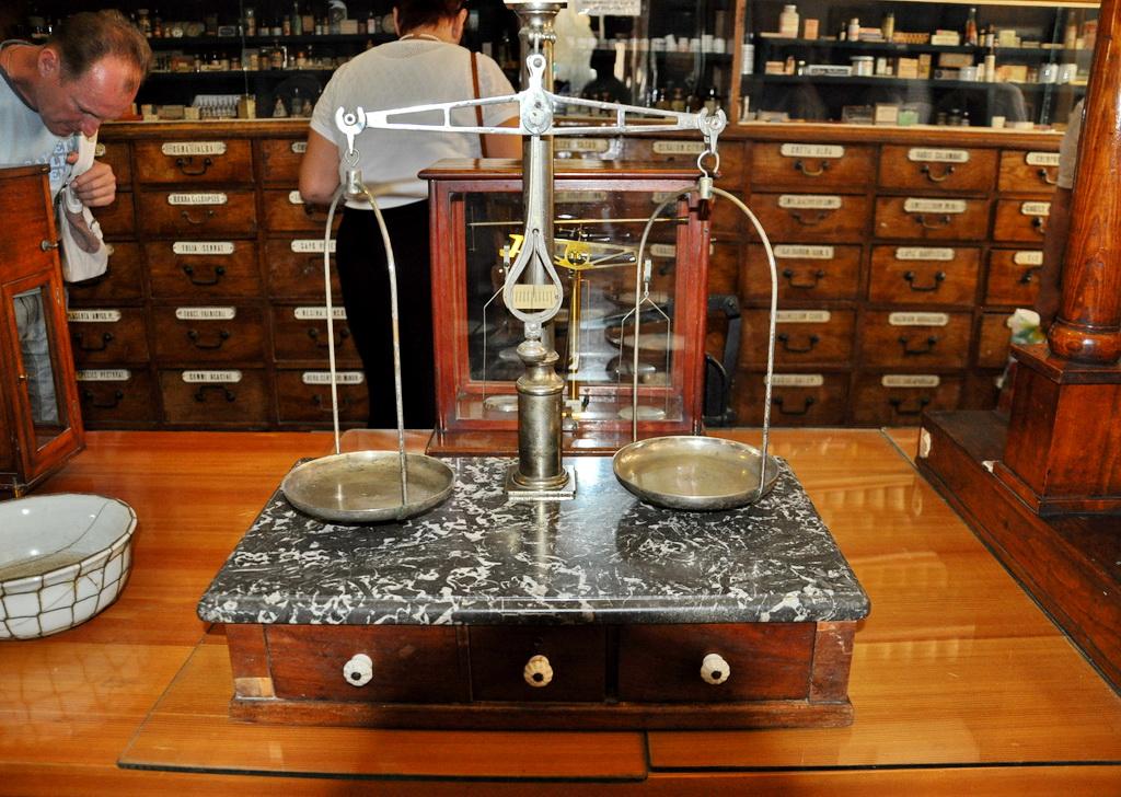 В зале оборудования сохранилось много разных весов