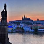 Скульптуры Карлова моста на закате