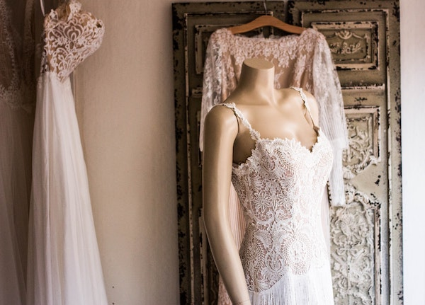 Here are some of the best places to buy secondhand wedding dresses online.