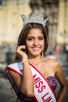 While out filming in el centro de Lima we ran in to la señorita Mishel Serna, who was crowned Miss Lima 2014. We couldn't pass up the opportunity to join in the photoshoot.