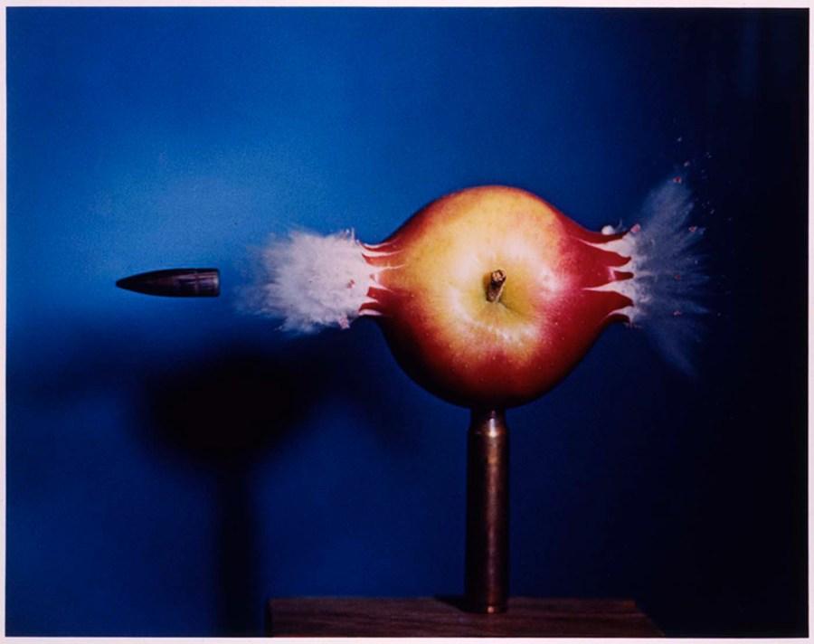 El preciso momento de la bala atravesando la manzana. Harold Edgerton.