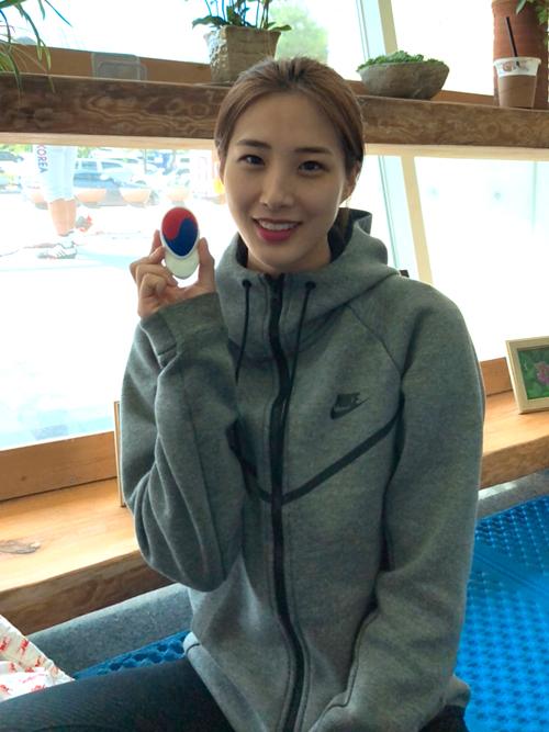 Choi Soo-yeon con Ato Sara, el artesano de la esgrima
