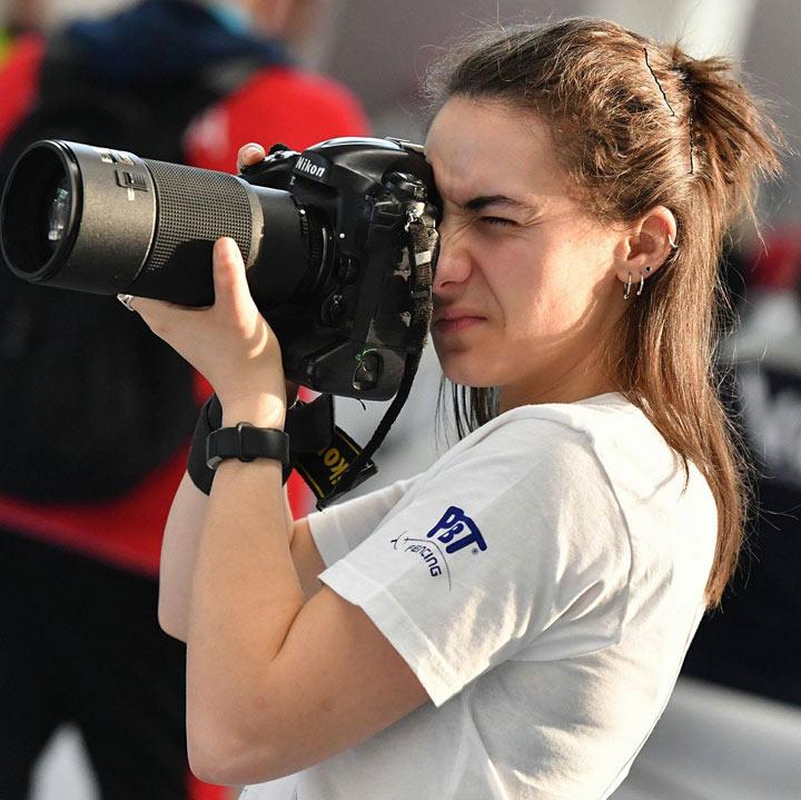 Eva Pavía haciendo fotos de esgrima