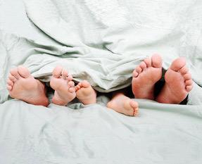 Sans vouloir inquiéter personne, si on a en tête la longueur d'une couette VS celle d'un enfant, je crains que la paire de pieds du milieu n'appartiennent à un mini Homo Sapiens mort étouffé...