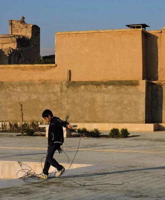 L' ocra delle città iraniane: ragazzino in una via del centro di Shiraz