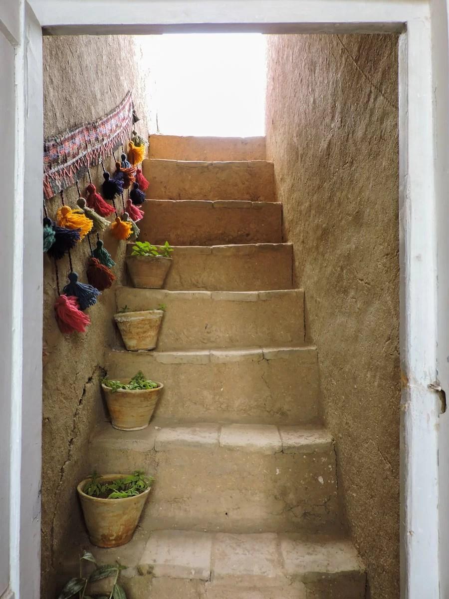 L 'ocra delle città: una coloratissima scalinata di una casa del centro di Yazd