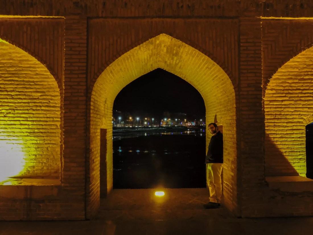 Il nero e la notte: il ponte Si-o-se-Pol illuminato di notte