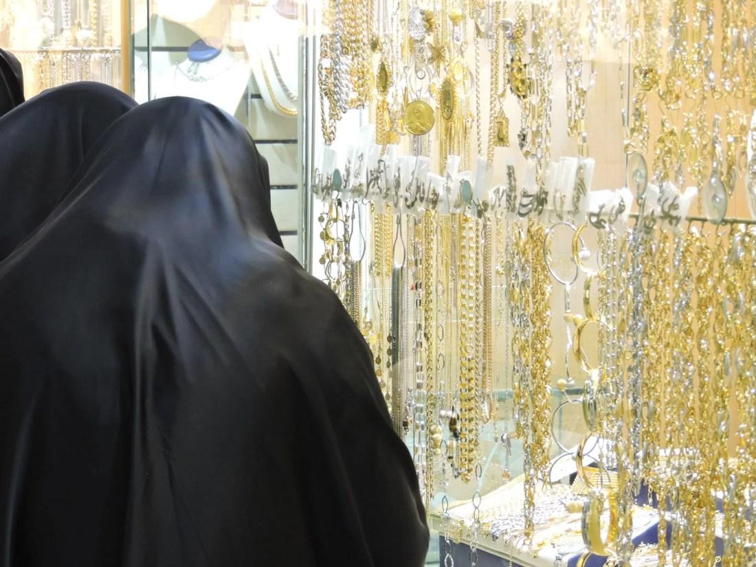 Il nero e l'islam: il contrasto tra lo chador e gioielli all'interno di un mercato sotterraneo di Teheran