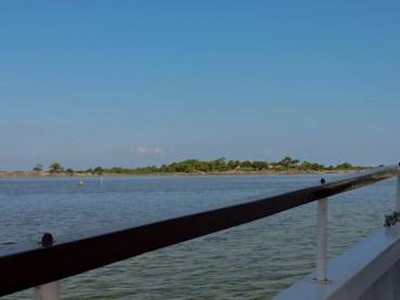 le limpide acque dello stagnone. sullo sfondo, l'isola di Mozia