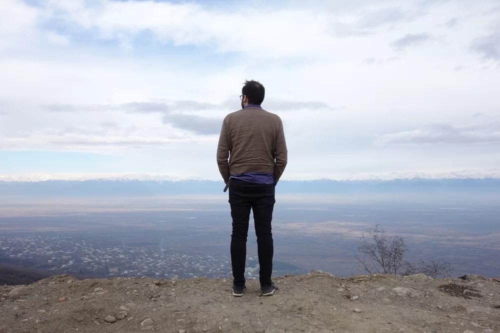 Urbo osserva le montagne in lontananza in Georgia