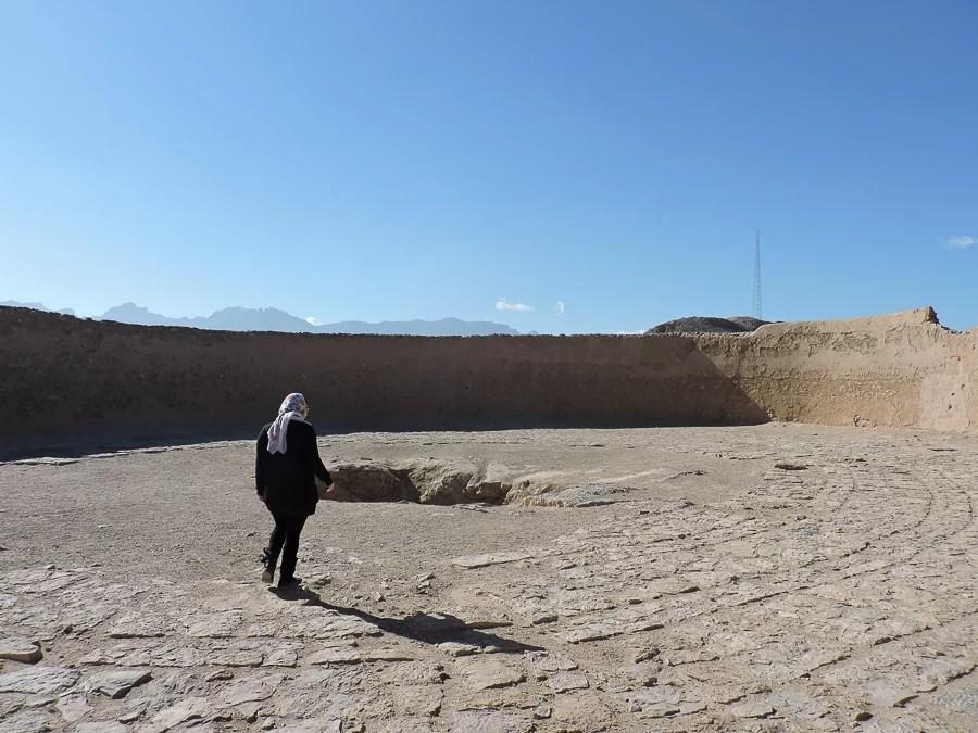 Lìinterno delle torri del silenzio Dakhmeh-ye Zartoshtiyun, necropoli zoroastriana abbandonata nel 1960