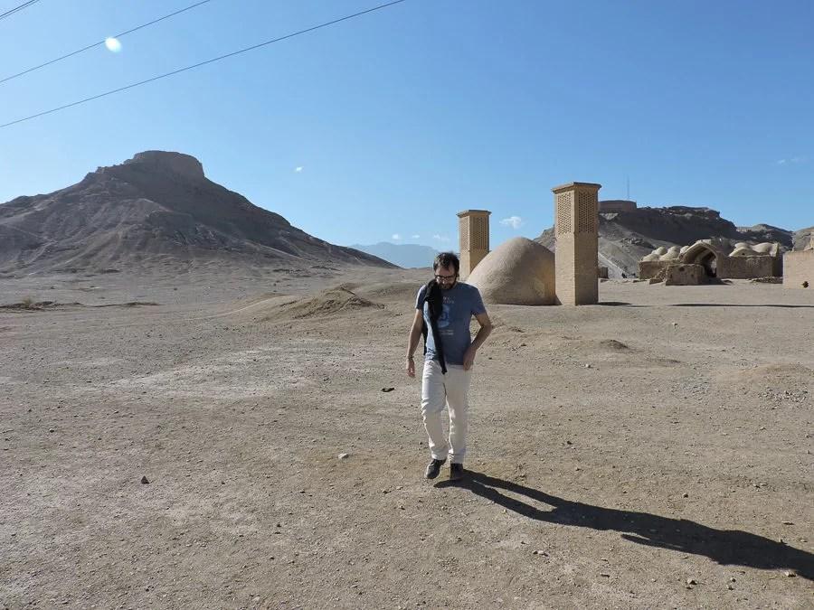 Le torri del silenzio viste dal villaggio e Urbo che si avvia all'uscita, con una cisterna (an anbar) sullo sfondo