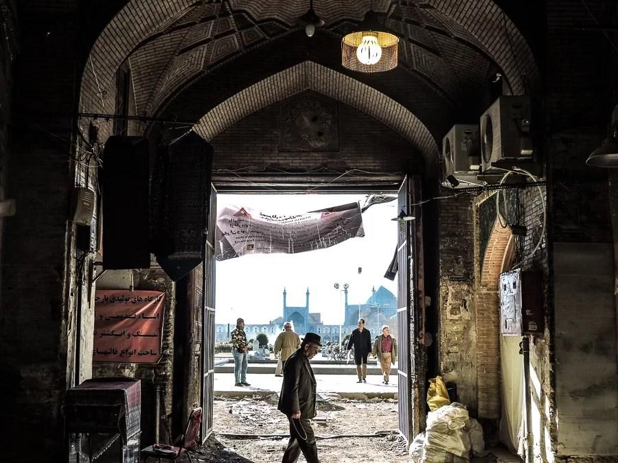Ingresso principale del Bazr di Isfahan con vista sulla moschea dello Scià