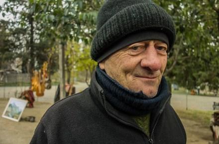 venditore ambulante al flea market di Tbilisi