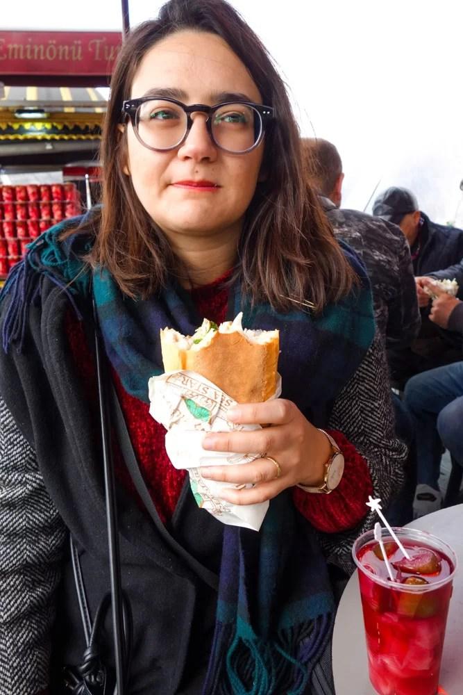 Alle alle prese con il suo balik ekmek a Emimonu, Istanbul