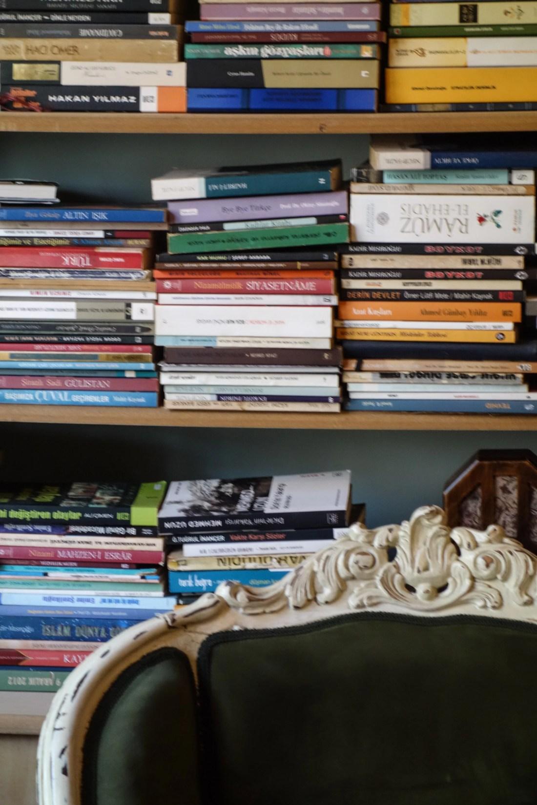 Un dettaglio degli interni del Aşiyan Books And Coffee, a due passi dal molo di Uskundar