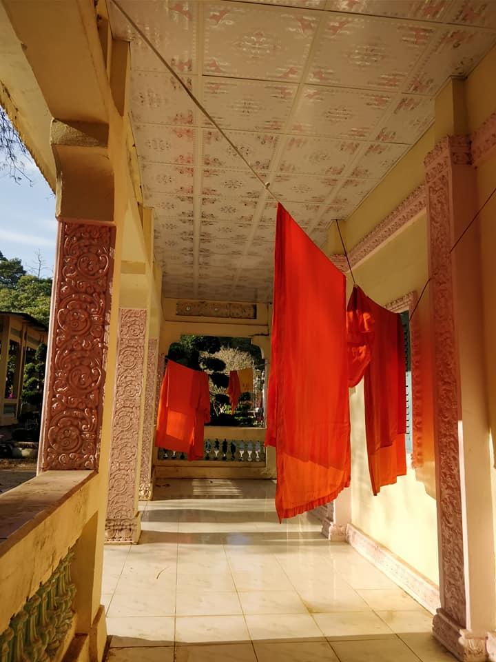 tuniche stese al vento al Tempio Khmer Ang a Tra Vinh