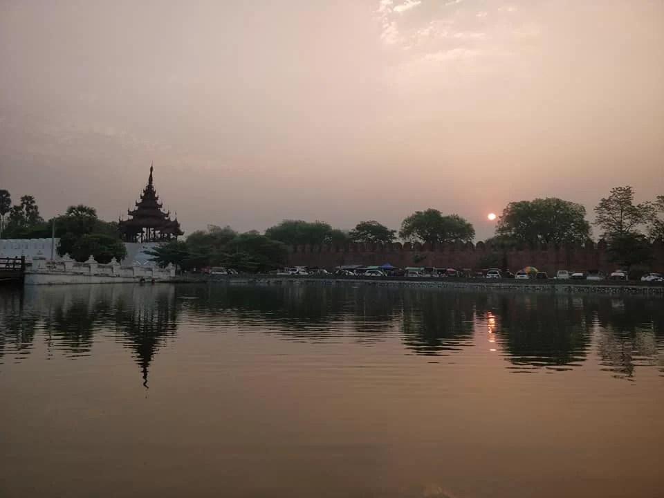 Le mura della cittadella di Mandalay all'alba