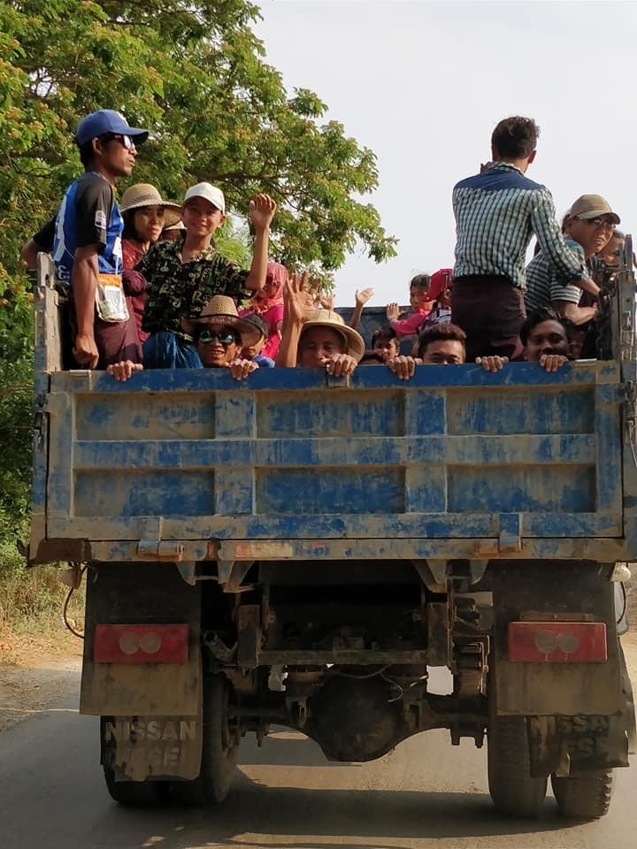 tutti in gita per andare a festeggiare il Thingyan Water Festival a Mandalay