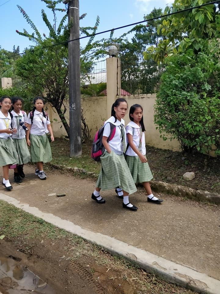 scolarette a puerto princesa nelle Filippine