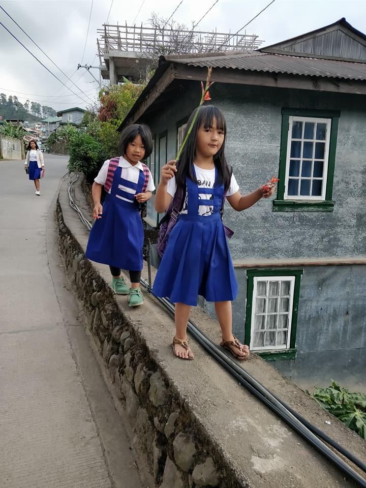 scolarette a Sagada nella cordillera Filippina