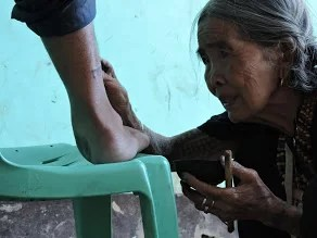 Whang-Od, tatuatrice centounenne che vive da sempre a Buscalan