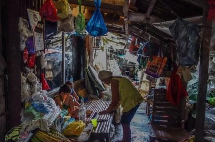 famiglia nel lapaz market a ilo ilo nelle filippine