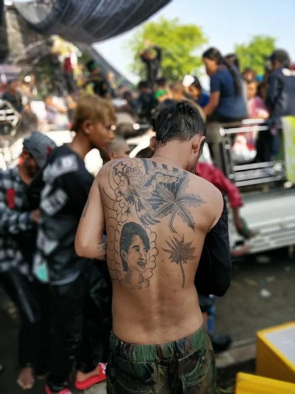 Giovani tatuati tra passato e futuro al Thingyan Water Festival 2018