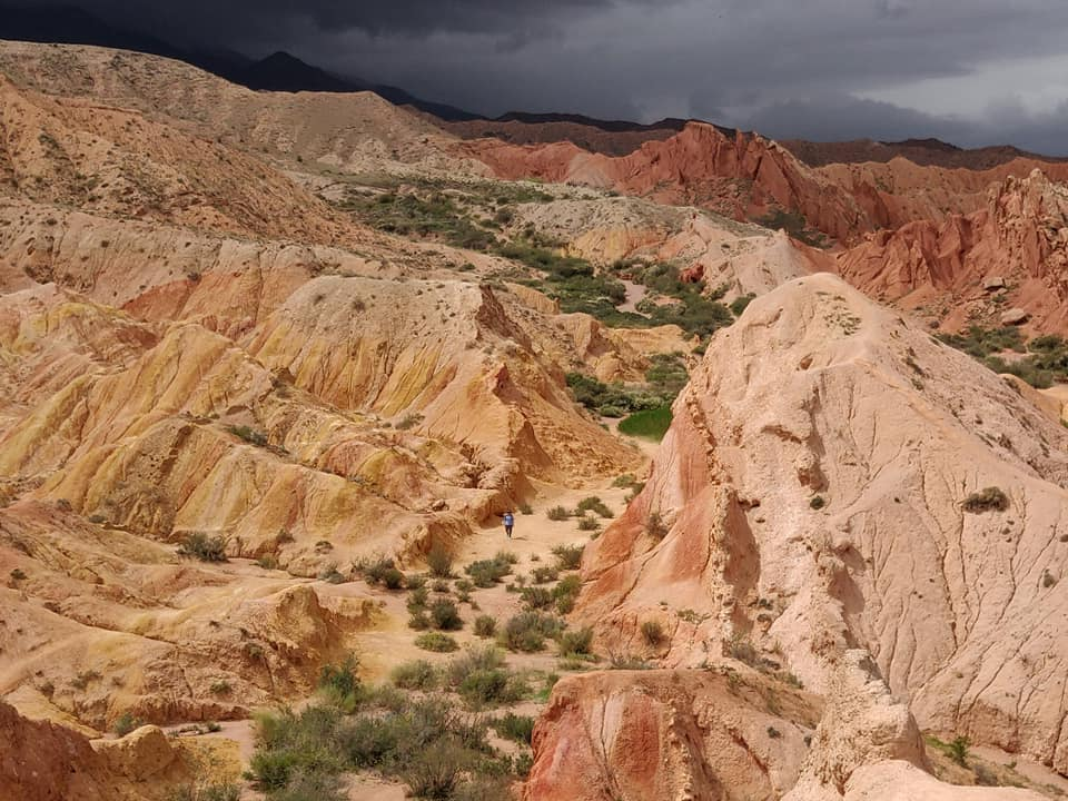 Skazka canyon sul lago Issyk Kul vicino Karakol visto da uno sperone in quota