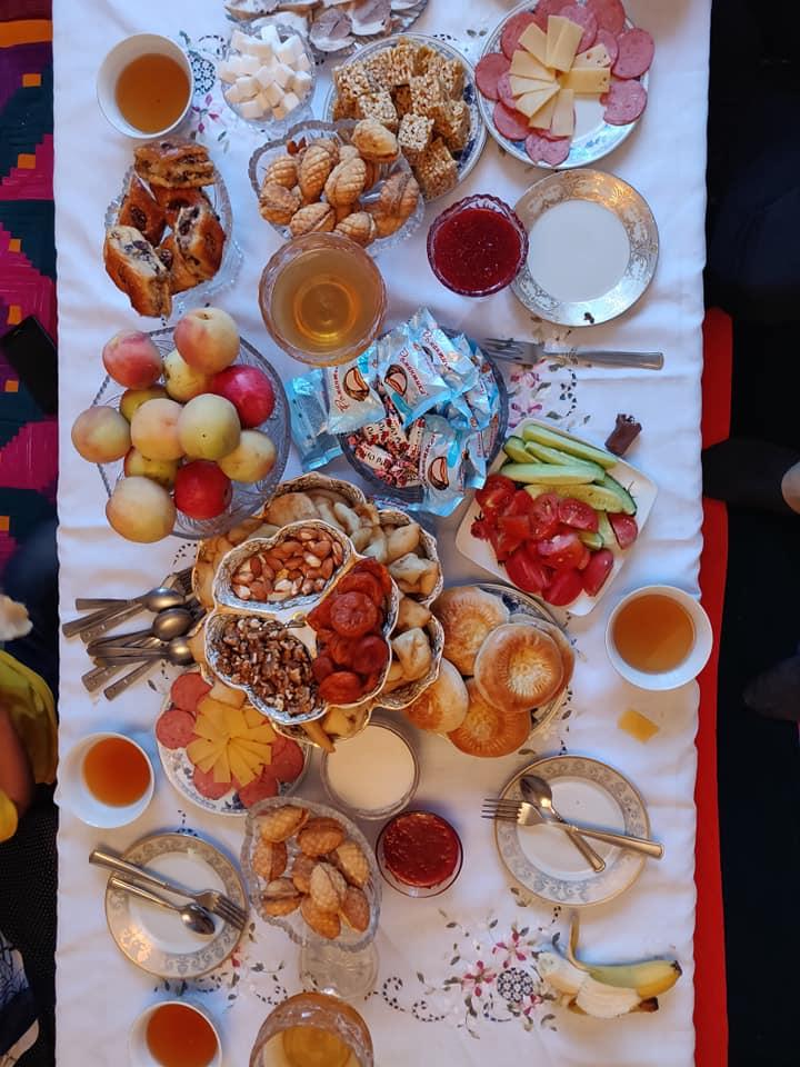 L'incredibile tradizionale tavola imbandita kirghisa preparata dai nostri amici Kirghisi