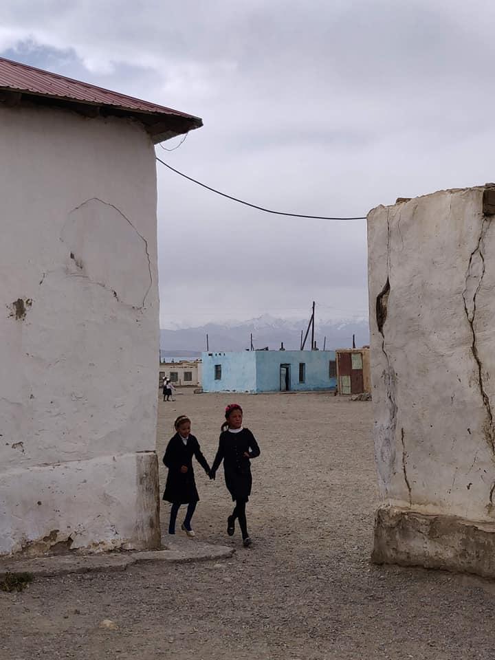 La pausa-merenda a Karakul: pur essendo in Tajikistan il 90% degli abitanti di questa cittadina è Kirghiso e a scuola si impara questa lingua