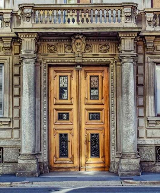 Porte di palazzi signorili in zona Porta Venezia a Milano