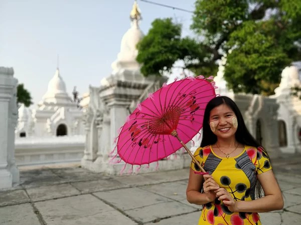 Ragazza burmese dalle guance decorate con Thanka
