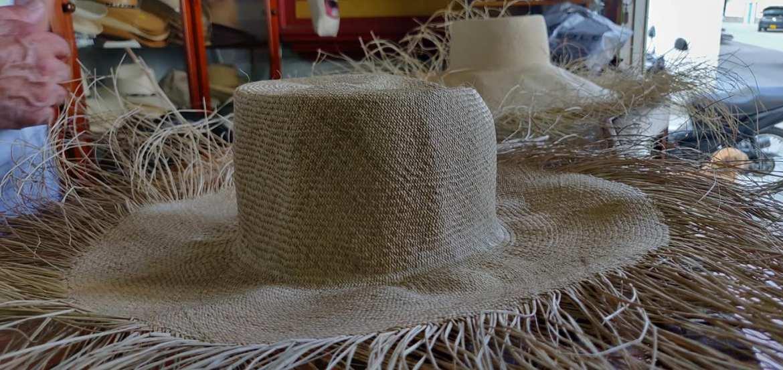 Cappello aguadeno intessuto dalle artigiane di Aguadas e che dovrà essere rifinito ora dal Cappellaio