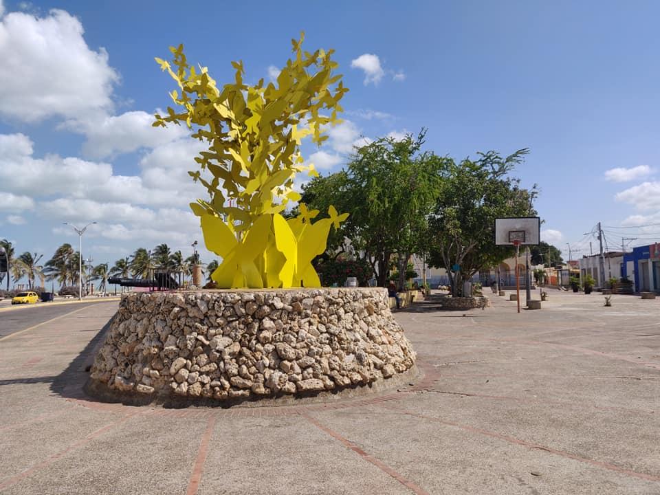 monumento alle farfalle gialle di Mauricio Babilonia, personaggio di cent'anni di solitudine, a Rioacha in Colombia