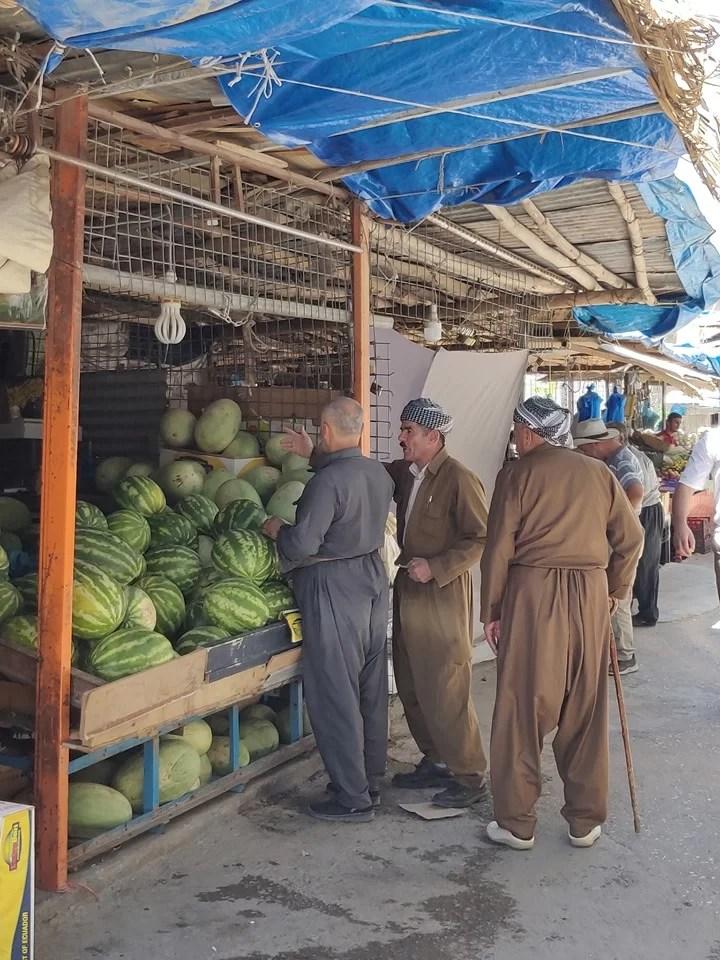 Al mercato di Soran: uomini in abito tipico curdo