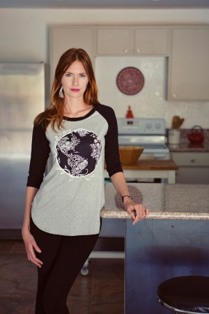 lifestyle-lakeview-tee-pebble-small
