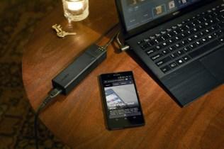 Le smartphone se recharge sur l'alimentation du Vaio Pro