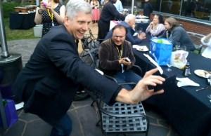 Rick Osterloh, responsable Motorola, avec le Moto X en mains
