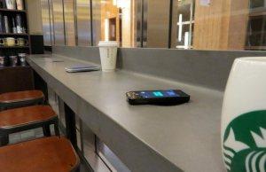 Starbucks teste avec Duracell les bornes de recharge sans fil