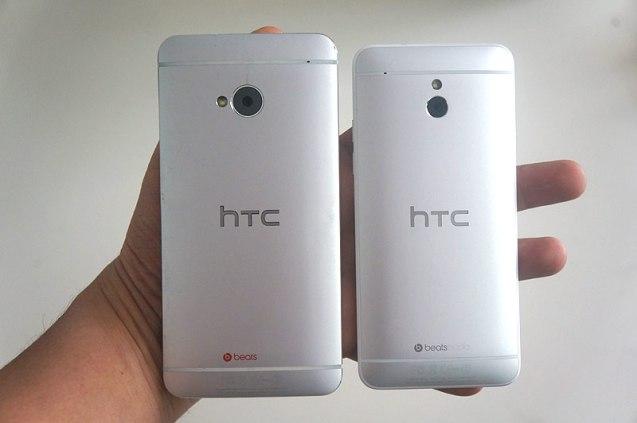 Le HTC One Mini à droite et le HTC One à gauche
