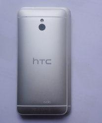 Le HTC One Mini posé sur le HTC One