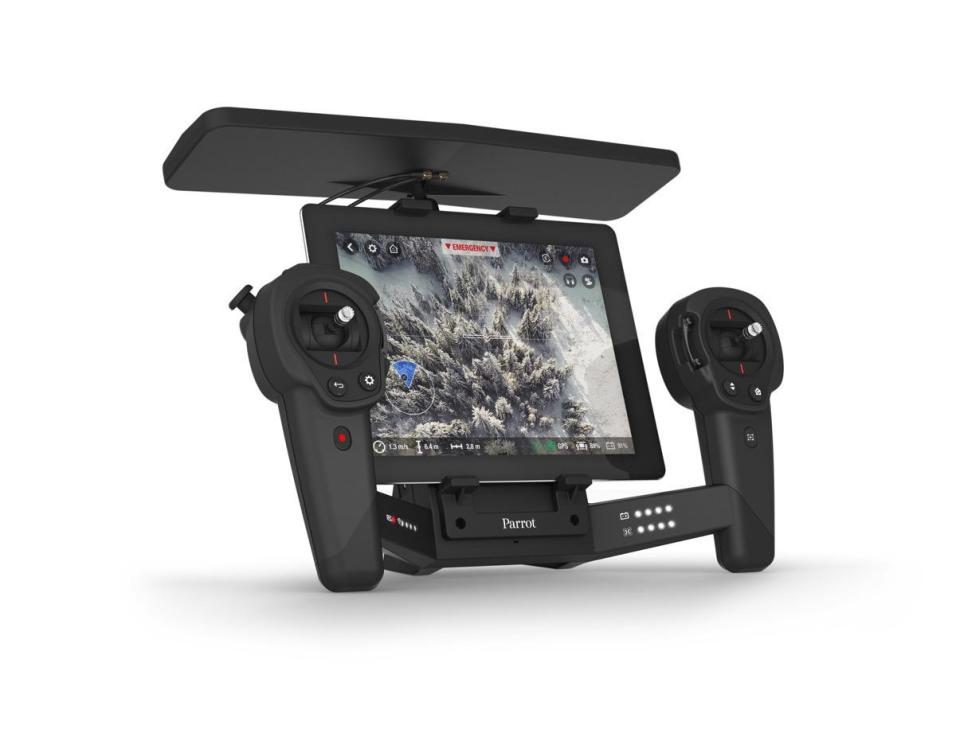 PARROT_SKYCONTROLLER_BlackEdition_Packshot_with_iPad
