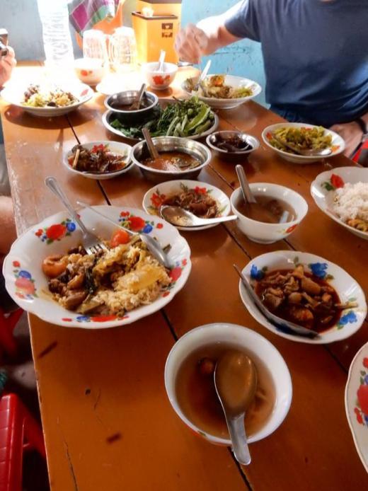 Een tafel vol eten in Myanmar