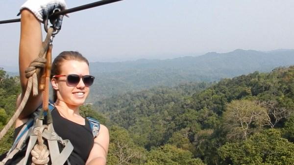 Ziplinen tijdens de Gibbon Experience in Laos