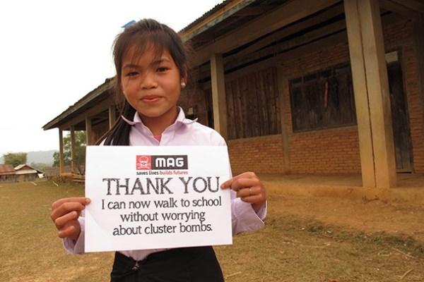 Meisje houdt een bord vast met Thank You MAG